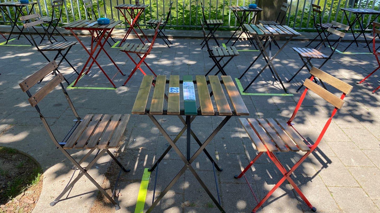 Gastronomie in Heilbronn öffnet wieder: Die Abstände der Tische und Stuhle sind durch Markierungen auf dem Boden gekennzeichnet (Foto: SWR)