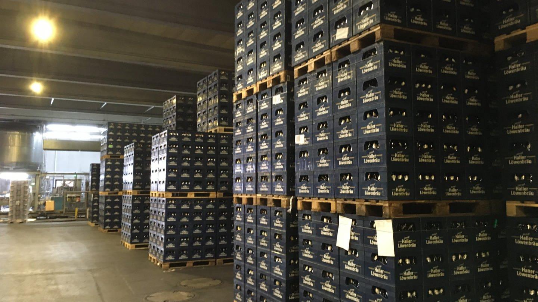 Bierkisten auf Paletten stapeln sich im Lager der Haller Löwenbräu Brauerei in Schwäbisch Hall (Foto: SWR, Raphael Moos)