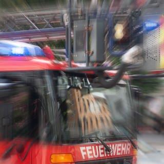 Ein Einsatzfahrzeug der Feuerwehr mit Drehleiter und Blaulicht mit Effekt-Überlagerung Symbolbild (Foto: SWR, Jürgen Härpfer)