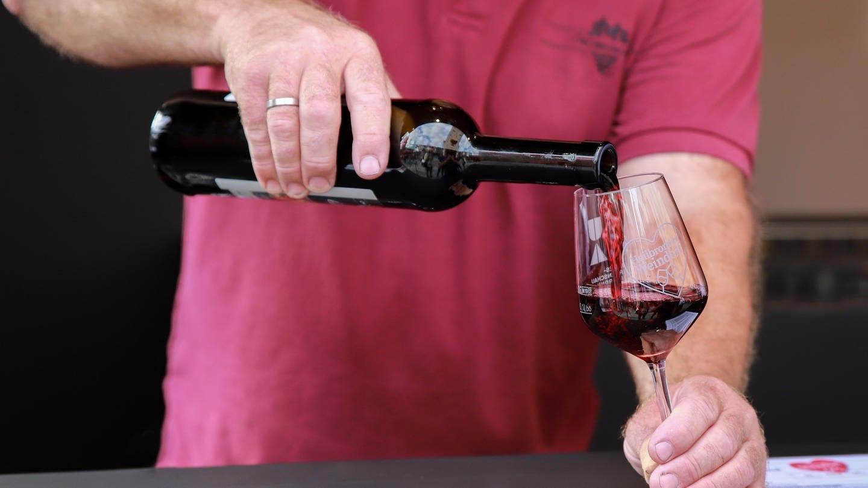 Eine Person schenkt ein Glas Rotwein ein (Foto: SWR, Jürgen Härpfer)