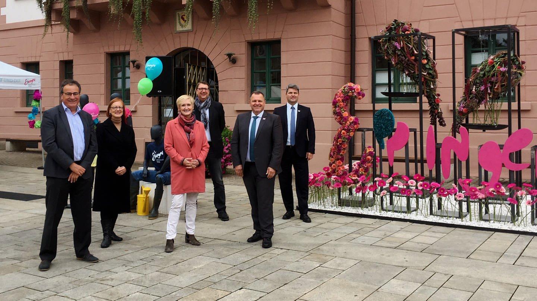 sechs personen stehen vor Rathaus in Eppingen (Foto: SWR)