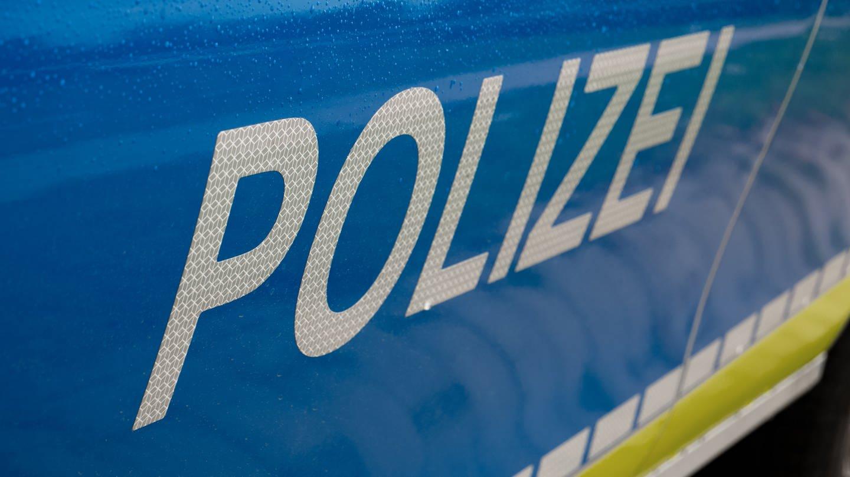 Polizeiauto, seitlich, mit Regentropfen (Foto: SWR, Jürgen Härpfer)