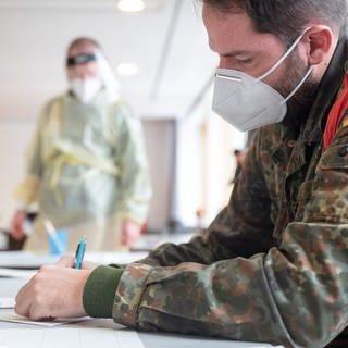 Bundeswehr Soldat Schnelltest (Foto: dpa Bildfunk, picture alliance/dpa   Sebastian Gollnow)