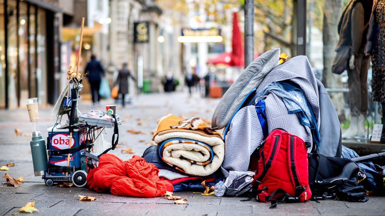 Habseligkeiten einer wohnungslosen Person in der Innenstadt