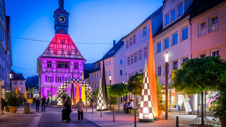 Die Stadt Künzelsau bunt beleuchtet.