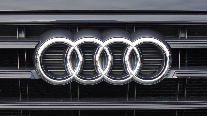 Audi Q5 Kühlergrill Fahrzeugfront mit dem Firmenlogo von Audi (Foto: SWR, Jürgen Härpfer)