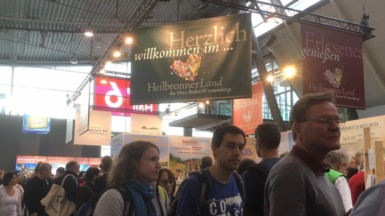 Besucher auf der CMT vor Heilbronner Land-Stand (Foto: SWR)