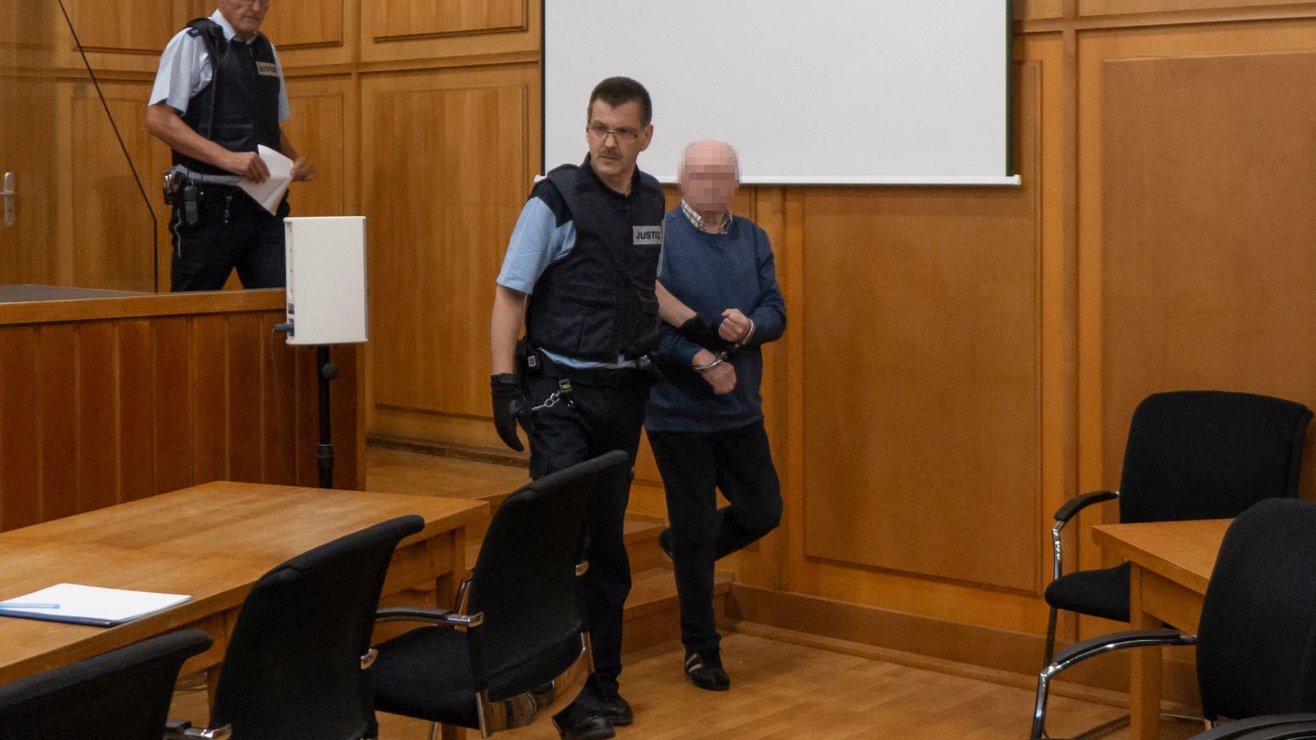 Der 70-jährige Angeklagte wir in die große Strafkammer geführt