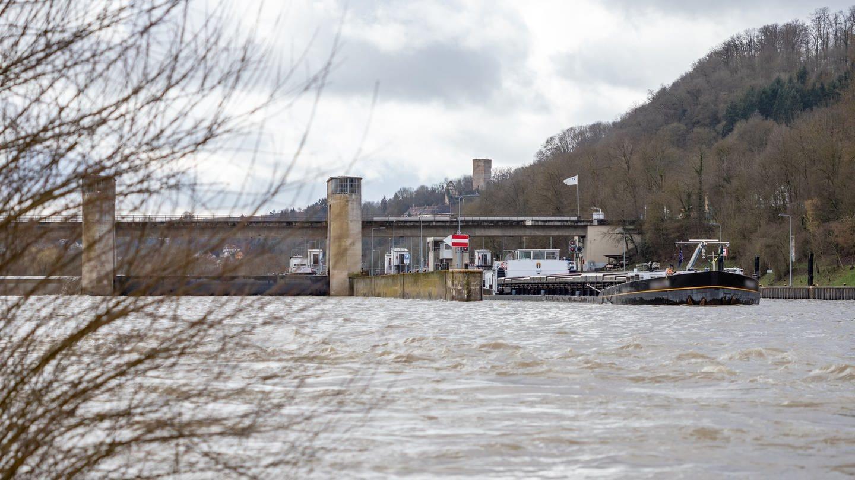 Ein Schiff verlässt die Schleuse bei Gundelsheim. Neckar nach Hochwasser stark getrübt. Februar 2020 (Foto: SWR, Jürgen Härpfer)