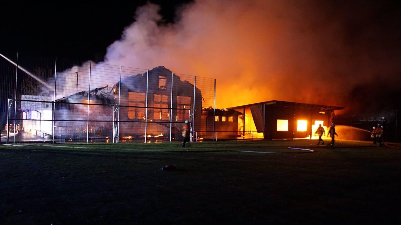 Das Sportheim und die Sporthalle in Gundelsheim-Tiefenbach brennen (Foto: dpa Bildfunk, Hemmann/SDMG)