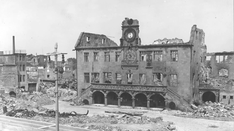 Historisches Foto vom zerstörten Heilbronn. Hier Rathaus 1945-46. (Foto: Pressestelle, Stadtarchiv Heilbronn)