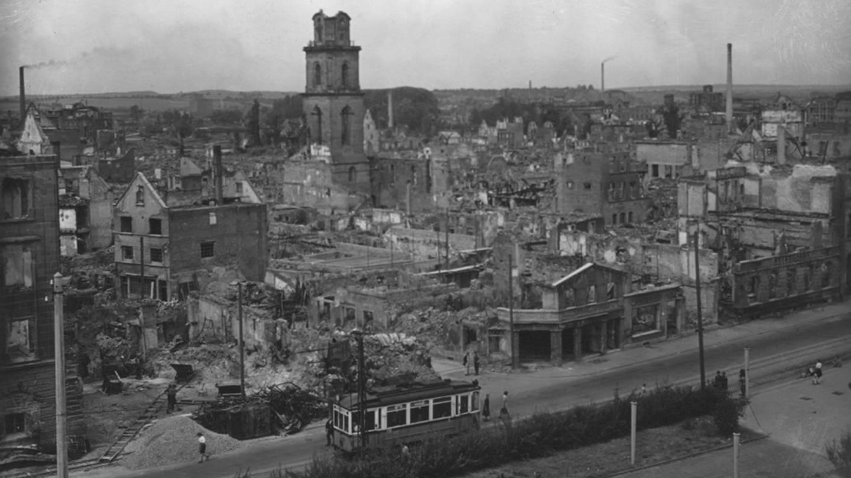 Historisches Foto vom zerstörten Heilbronn. Hier Allee mit Blick zum Hafenmarktturm 1946. (Foto: Pressestelle, Stadtarchiv Heilbronn)
