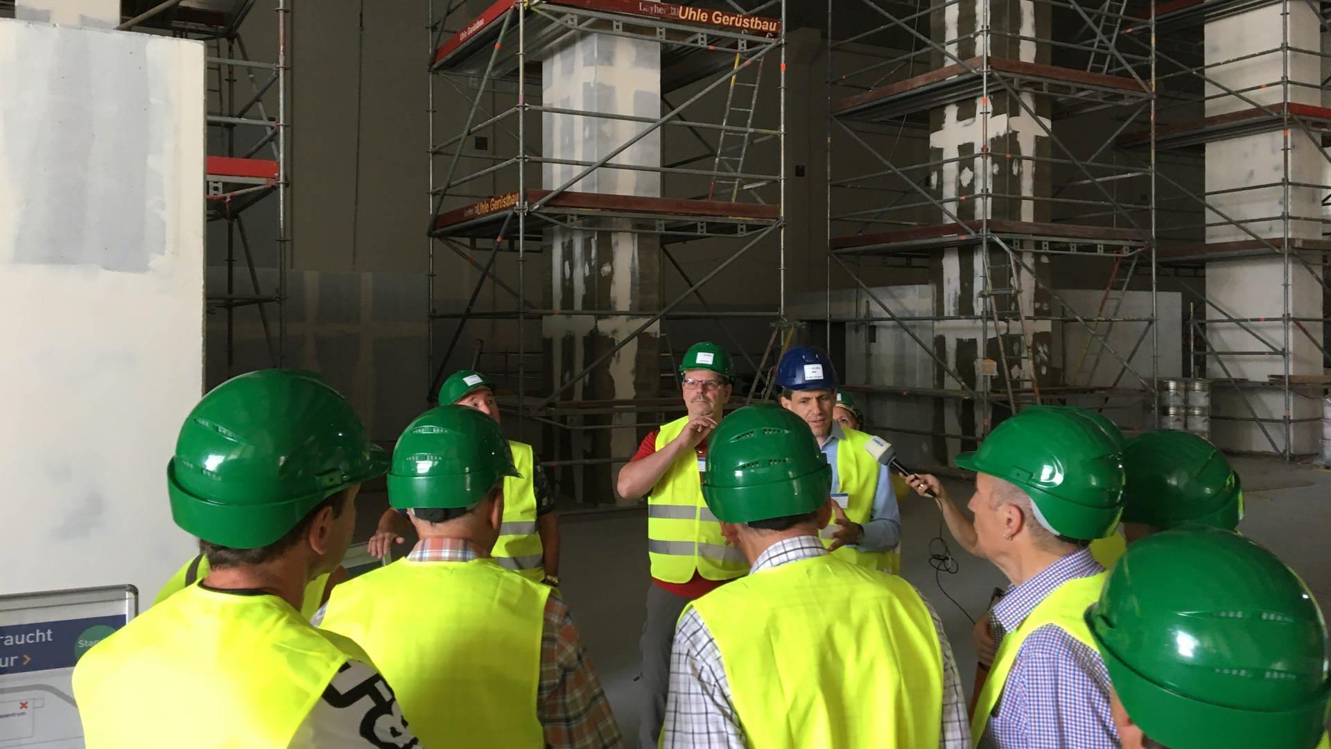 Neugierige Besucher in Neckarwestheim im Bau des Standortabfalllagers