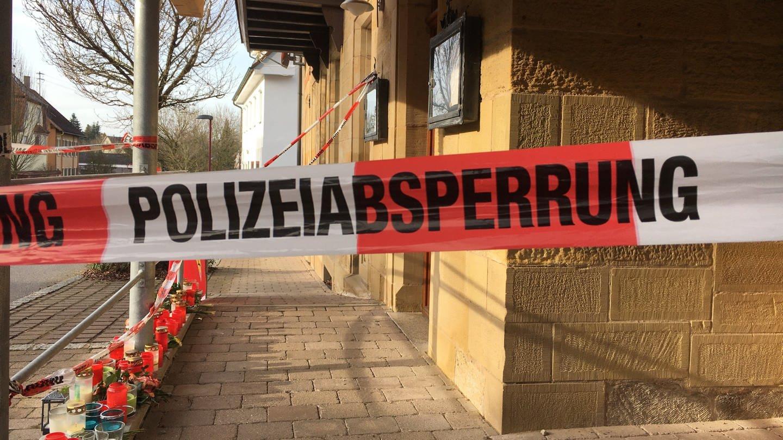 Polizeiabsperrung vor dem Haus in Rot am See - nach dem Familiendrama mit mehreren Toten (Foto: SWR)