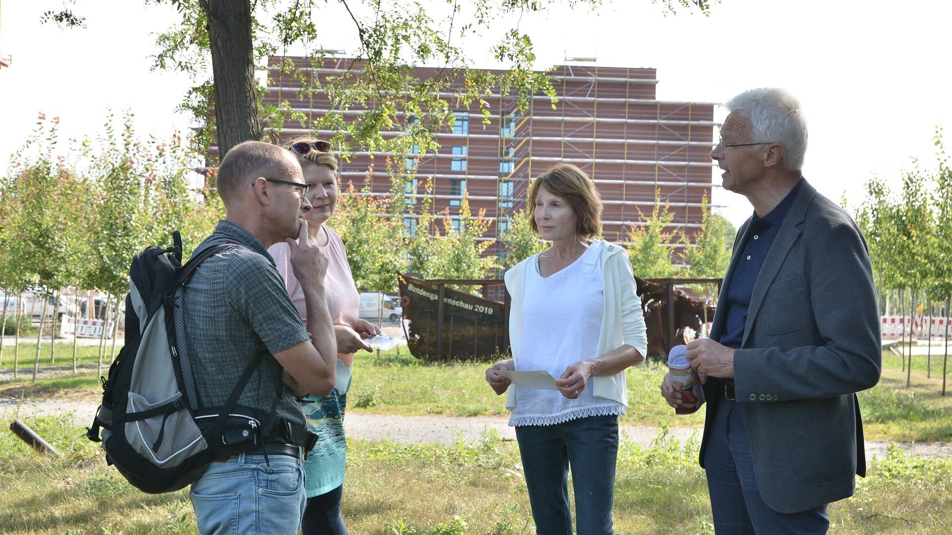 SWR Reporter Jens Nising im Interview mit Petra Heinzelmann, Annette Geisler und Hartmut Weimann vom BUGA-Freundeskreis