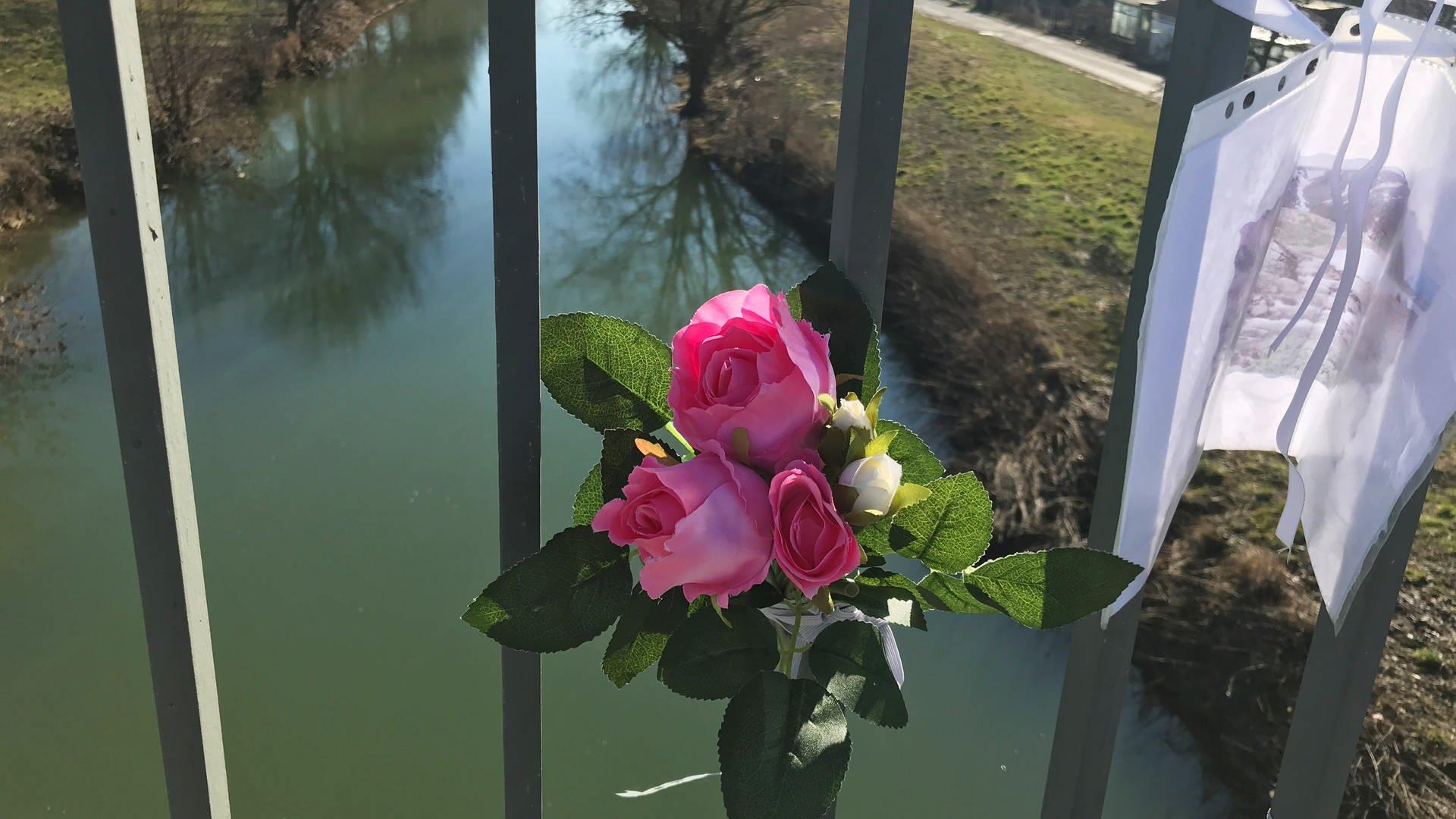 Suche nach vermissten Mädchen in Tauberbischofsheim - Rose auf der Brücke