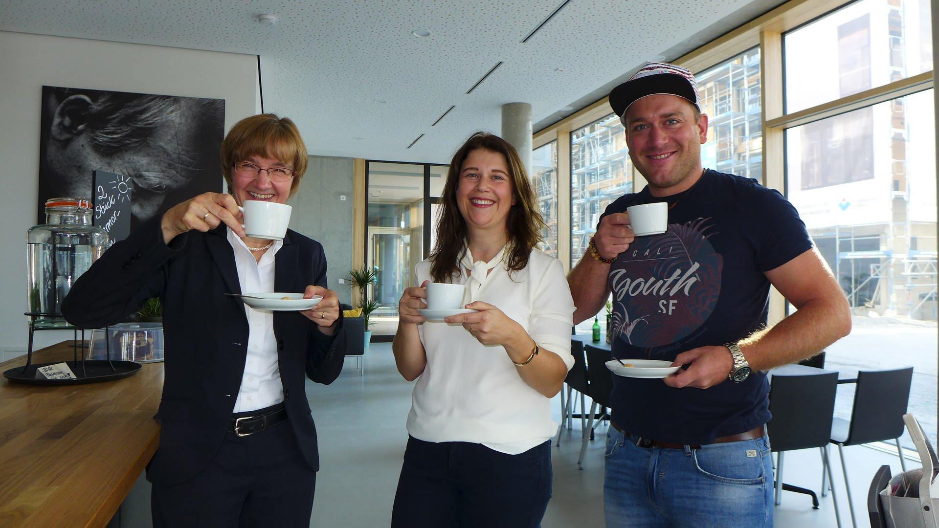 Sybille Leiß, die Vorstandsvorsitzende in Lichtenstern, Nora  Zeltwanger, Projektleiterin und Karl Reinwald, der Inklusionsbeauftragte der BUGA auf einen Kaffee im Samocca