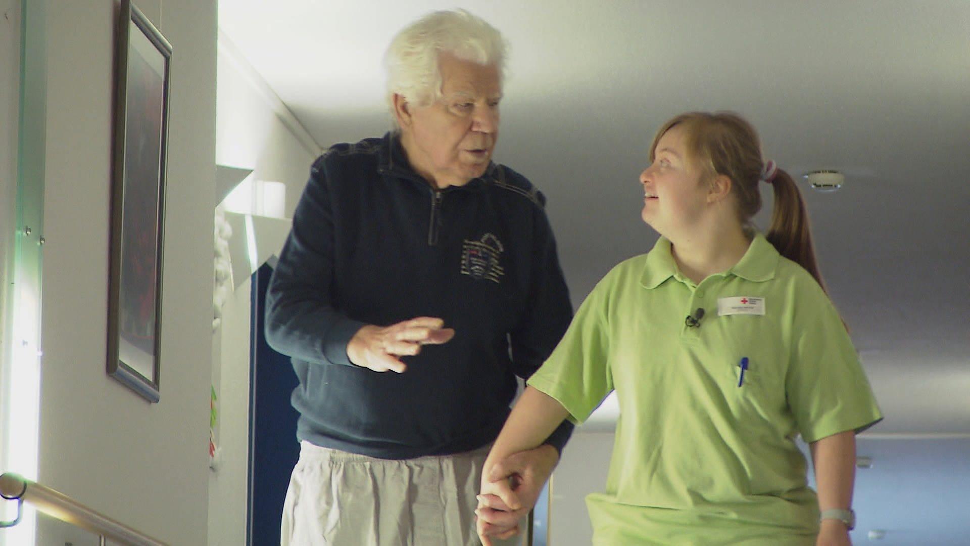Theresa Hocher betreut Demenz-Patienten