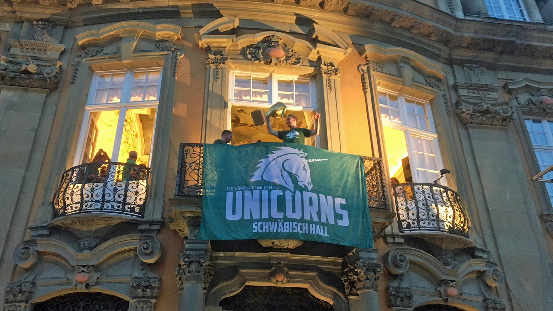 Unicorns-Spieler mit Pokal