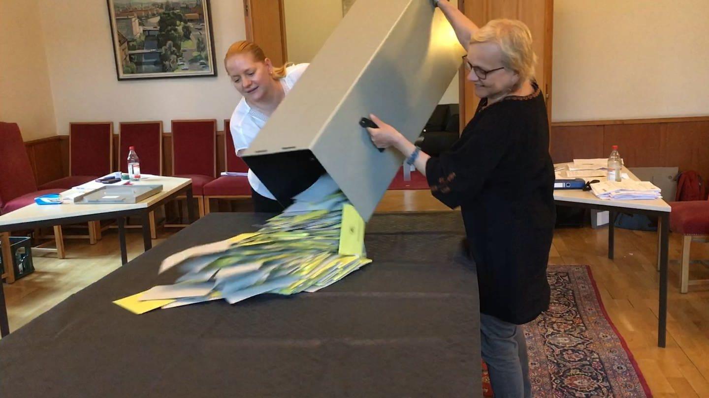 Wahlurne wird umgekippt (Foto: SWR)