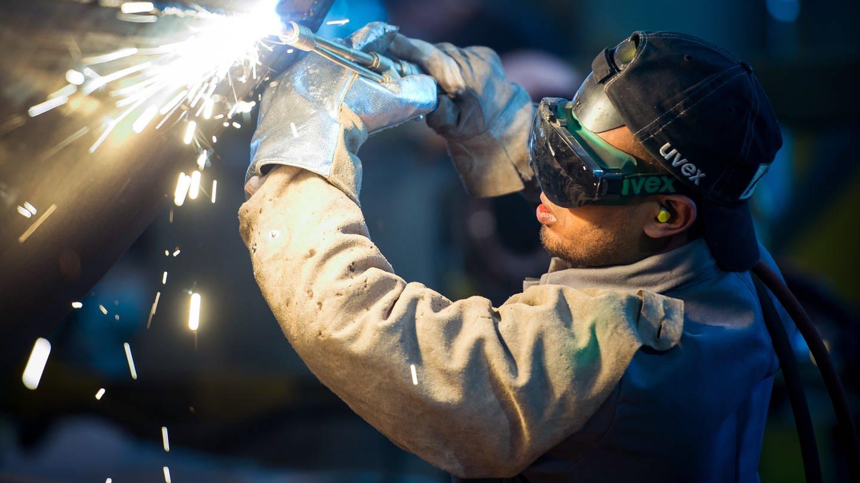 Ein Schweißer arbeitet an einem Stahlsegment (Foto: dpa Bildfunk, picture alliance/Patrick Pleul/dpa-Zentralbild/dpa)
