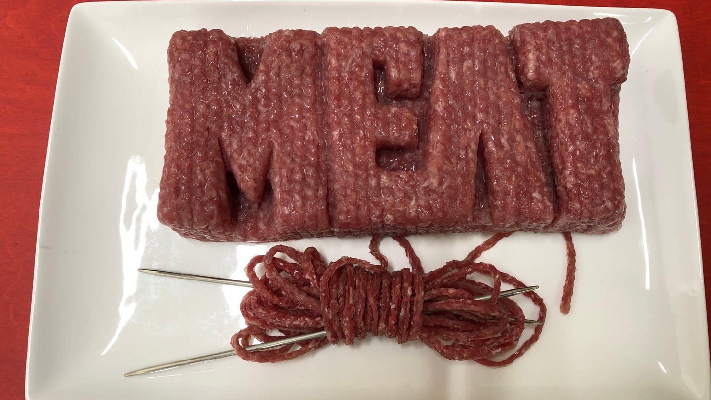 Der Schriftzug Meat liegt auf einem Teller, gestrickt (Foto: SWR)