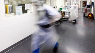 Arzt rennt durch Intensivstation einer Klinik (Foto: picture-alliance / Reportdienste, picture alliance/dpa | Frank Molter)