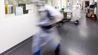 Arzt rennt durch Intensivstation einer Klinik (Foto: picture-alliance / Reportdienste, picture alliance/dpa | Frank Molter)