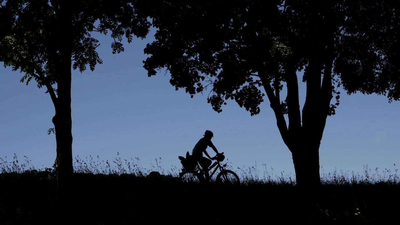Ein einsamer Radler an der Pforzheimer Enz (Foto: Imago, Peter Sandbiller)