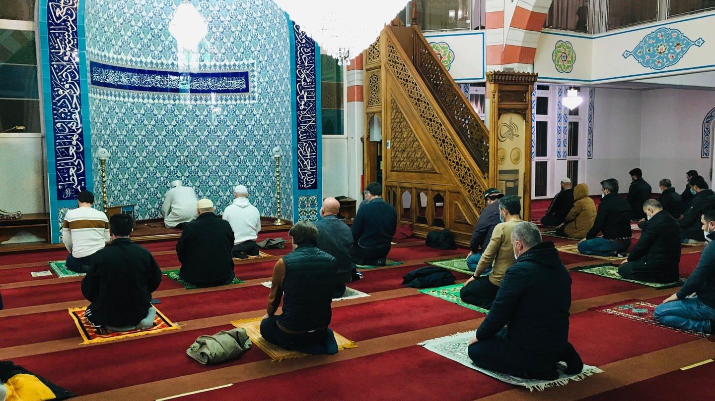 Muslime während eines Gebets in der Fatih-Moschee in Pforzheim