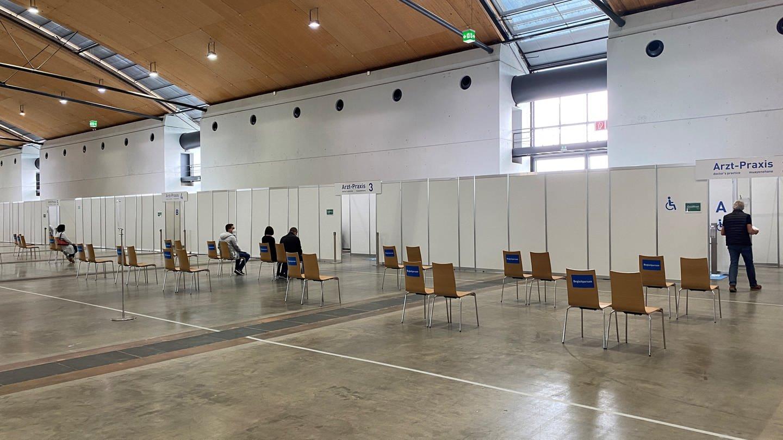 Im Warteberich des Impfzentrums Karlsruhe sitzen wenige Menschen (Foto: SWR, Bettina Gall)