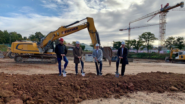 Vertreter der Gemeinde Waldbronn, ALDI Süd und der Wohnungsbaugesellschaft am neuen Ortszentrum Waldbronn