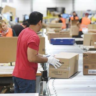 Arbeiter im Amazon-Logistikzentrum Pforzheim (Foto: dpa Bildfunk, Uli Deck)
