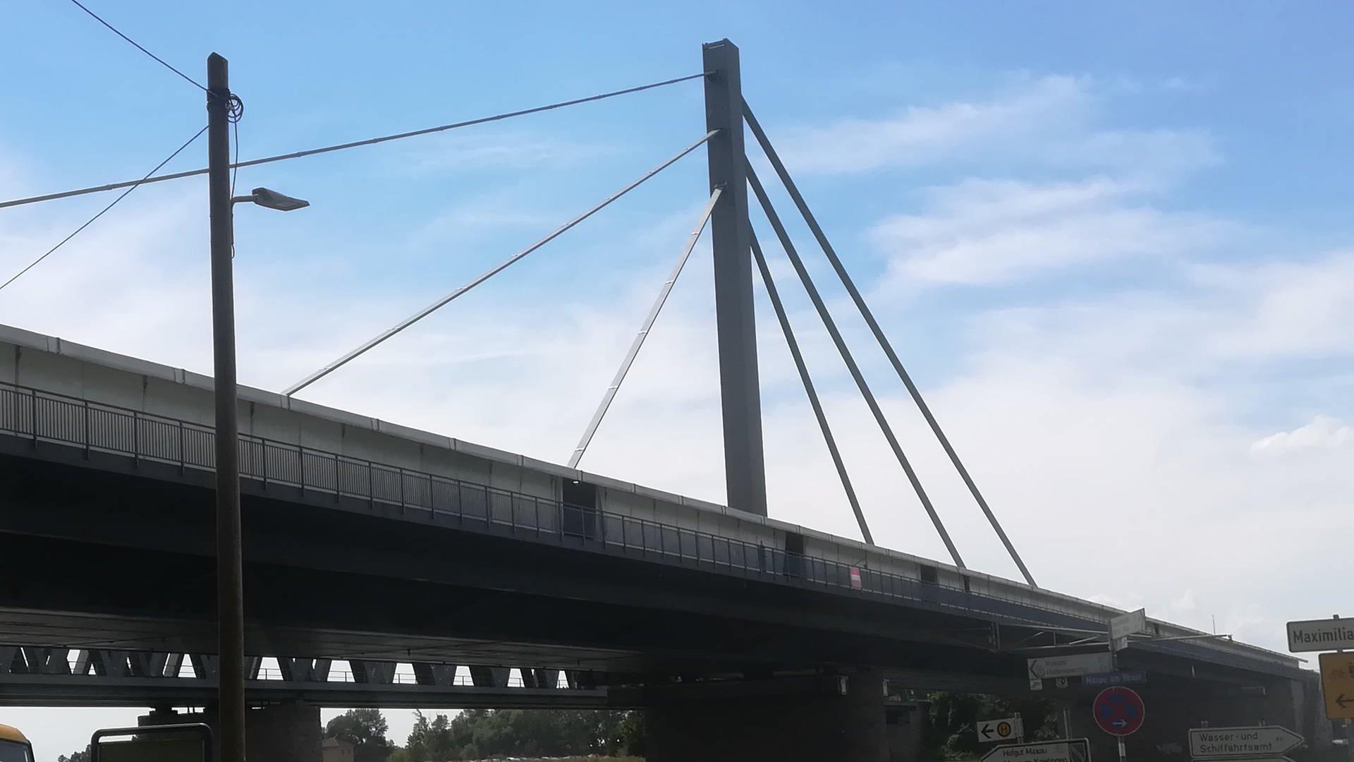 Die Rheinbrücke aus der Perspektive von unten