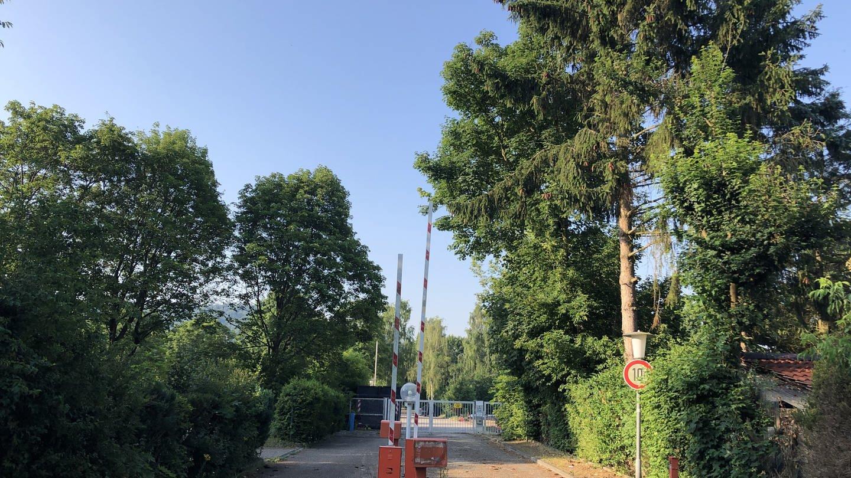 Eingang zum Karlsruher Campingplatz mit Schranke (Foto: SWR)