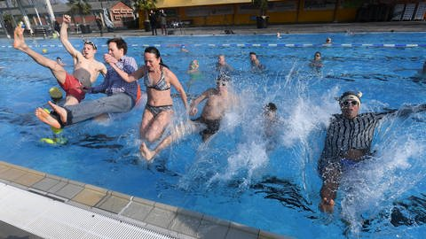 Start in die Freibad-Saison im Sonnenbad (Foto: picture-alliance / Reportdienste)