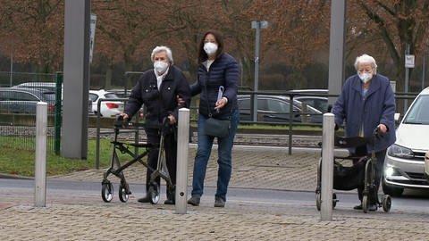 Senioren mit Mundschutz (Foto: SWR)