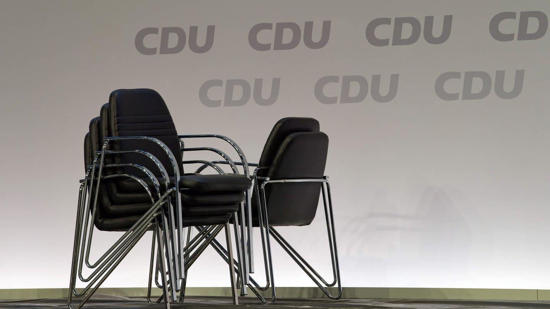 CDU - Gestapelte Stühle (Foto: dpa Bildfunk, picture alliance/dpa/dpa-Zentralbild | Hendrik Schmidt)