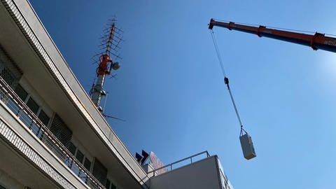 Die neue dab+ Sendeanlage wird auf dem SWR Studio Mannheim-Ludwigshafen angebracht (Foto: SWR)