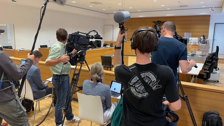 Presseandrang am Landgericht Heidelberg zum Prozessauftakt im Paketbomber-Prozess
