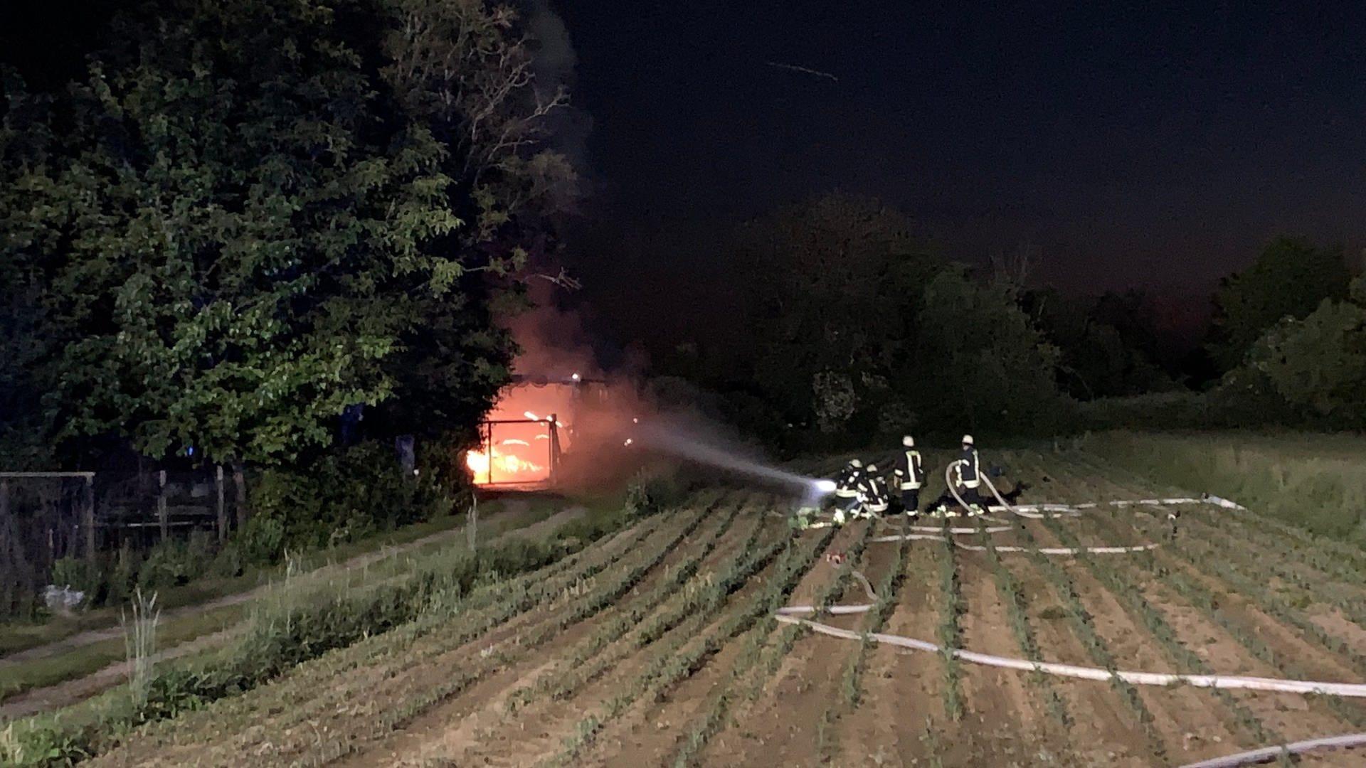 Feuerwehr löscht Brand in Lager für Pyrothechnik