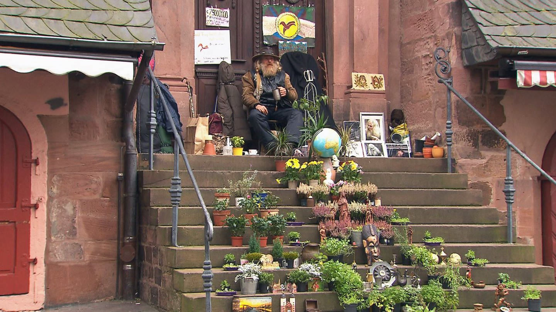 Javi hat es sich auf den Treppen der Heidelberger Heilig-Geist-Kirche eingerichtet (Foto: SWR)