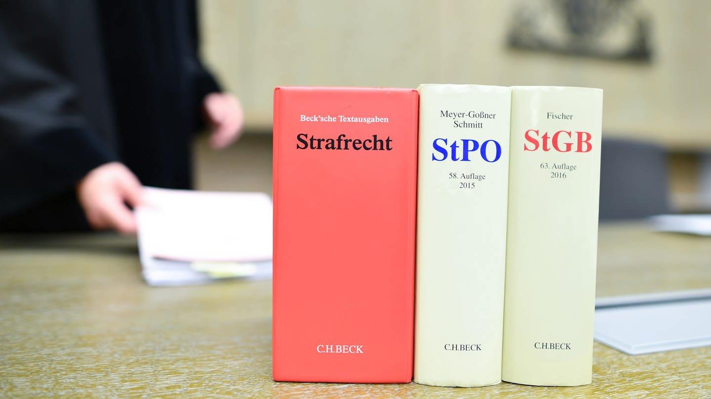 Landgericht Mannheim, Gesetzbücher auf dem Tisch (Foto: dpa Bildfunk, picture alliance / Uwe Anspach/dpa)