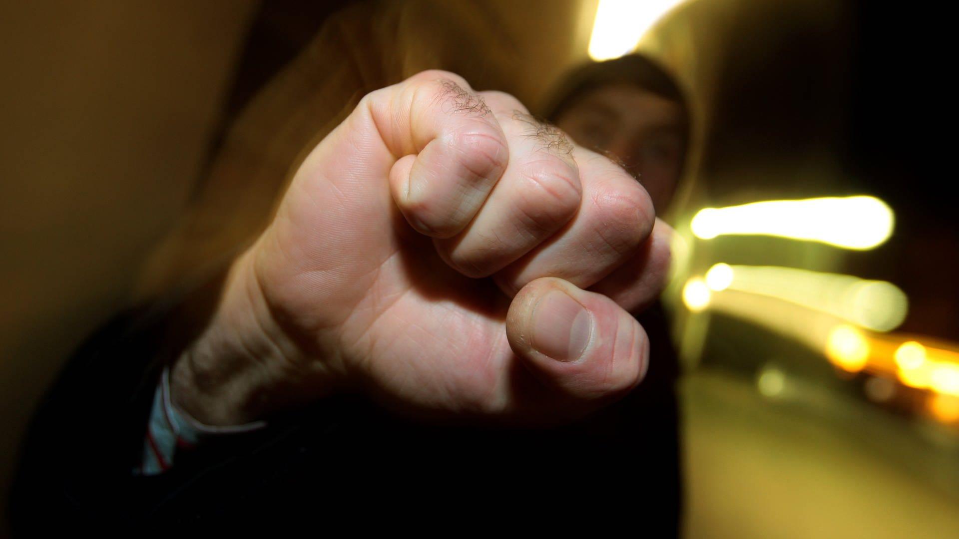 Mann scheint mit der Faust zuzuschlagen (Symbolbild)