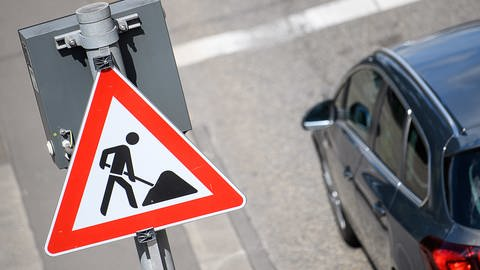 Vorsicht Bauarbeiten! Am Stuttgarter Neckartor wird ein Hightech-Aspalt aufgebracht. (Foto: dpa Bildfunk, Picture Alliance)