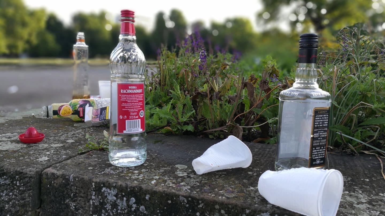 Leere Alkoholflaschen und Trinkbecher am Eckensee im Stuttgart (Foto: SWR)