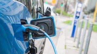 Ein Elektroauto lädt an einer Stromtankstelle. (Foto: SWR, Lino Mirgeler)