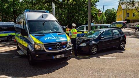 Tödlicher Unfall mit Liegefahrrad - Beim überqueren an einer Ampel kommt es zur Kollision mit einem VW Golf Tödlicher Unfall mit Liegefahrrad - Beim überqueren an einer Ampel kommt es in Stuttgart-Untertürkheim zur Kollision mit einem VW Golf (Foto: Imago, IMAGO / 7aktuell)