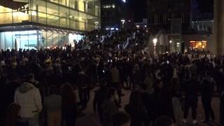 Hunderte junge Menschen versammeln sich entgegen der Corona-Maßnahmen am Schlossplatz in Stuttgart (Foto: SWR)