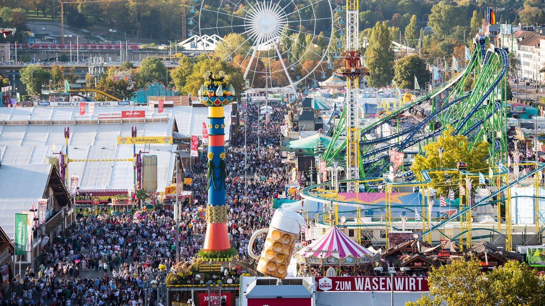 Besucher tummeln sich bei schönem Wetter auf dem 173. Cannstatter Volksfest auf dem Cannstatter Wasen.